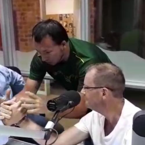Ruben Delmage en Arnold Geerdts pak mekaar met arm druk kompetisie!